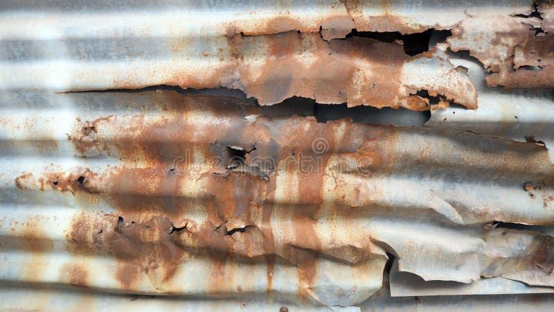 铁锈,锌朽烂, Rusted的老锌镀锌了铁板材,生锈的金属被腐蚀的五颜六色的背景 免版税库存照片