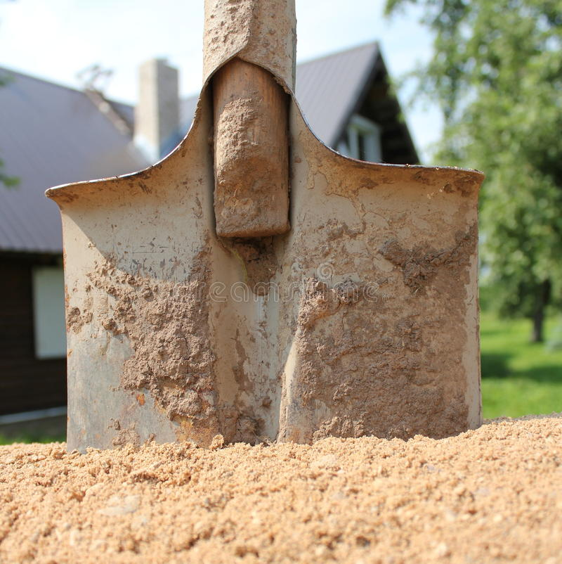 铁锹和沙子建筑的 库存图片