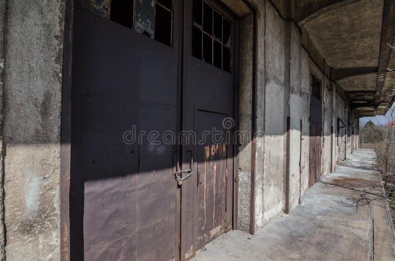 铁门在老工厂 免版税库存图片