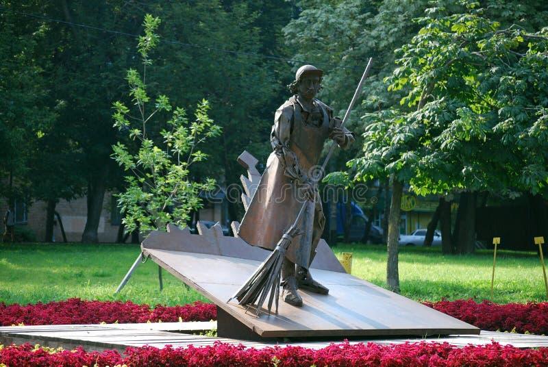 铁雕塑'管理员在Malakhitovaya街上的渡槽公园清扫围场一把笤帚' 图库摄影