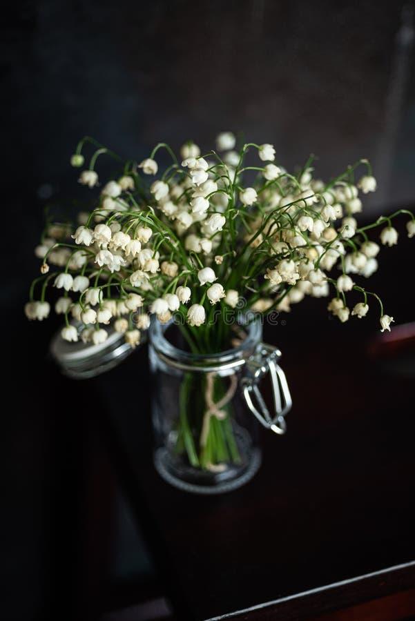 铃兰花束,黑暗的背景 库存照片