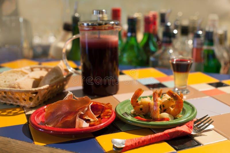 铅矿石党塔帕纤维布酒吧静物画场面 美丽的鸡尾酒,射击和用大杯喝的饮料,冷的起始者用了卤汁泡虾jamon 免版税库存图片
