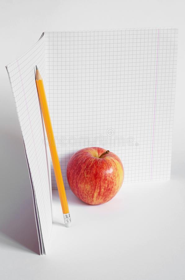 铅笔、苹果和学校笔记本 库存照片