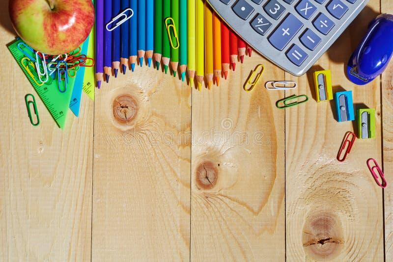 铅笔、计算器、苹果和其他材料在背景的上面 库存图片