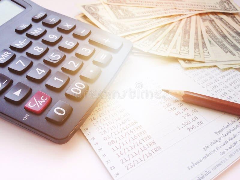铅笔、计算器、金钱和储蓄帐户存款簿或财政决算关于白色背景 免版税库存照片