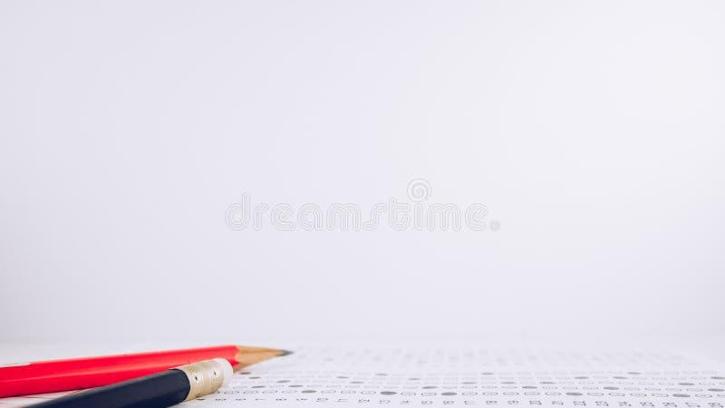 铅笔和检查答案纸 免版税图库摄影