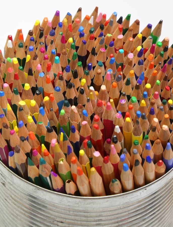 铅笔和蜡笔在金属瓶子 免版税库存图片