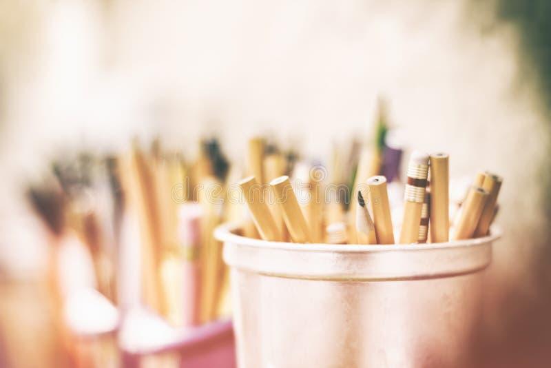 铅笔颜色和标志在被弄脏的背景 库存照片