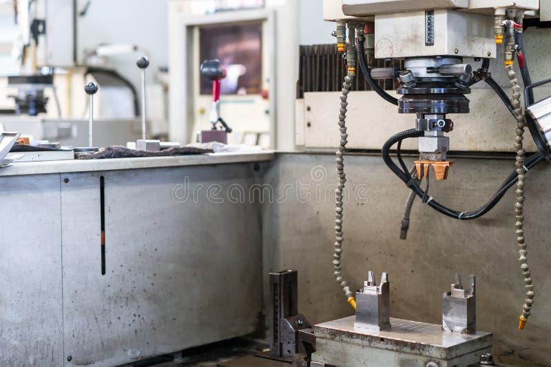 铜工作片断和电极的关闭在自动放电机器edm或电火花加工的设定期间  免版税图库摄影