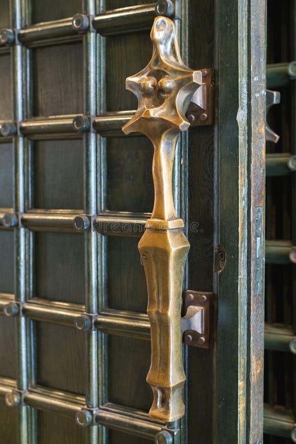 黄铜教会门把手 免版税库存照片