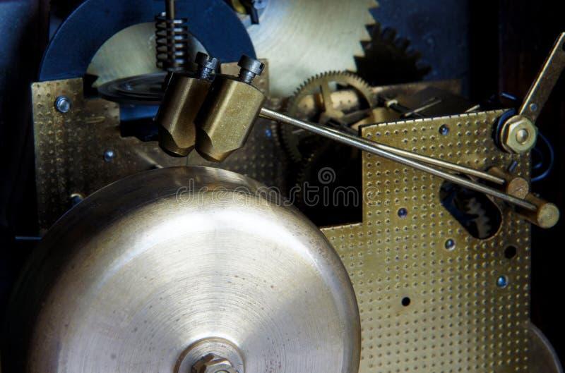黄铜编钟和古铜色锤子 免版税库存照片