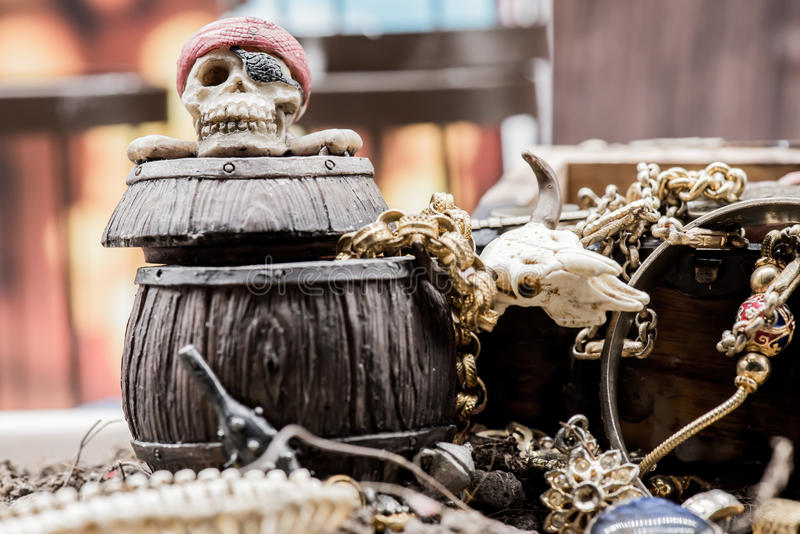 黄铜胸口铸造指南针充分的金黄刀子位于的映射老海盗头骨珍宝非常 库存图片