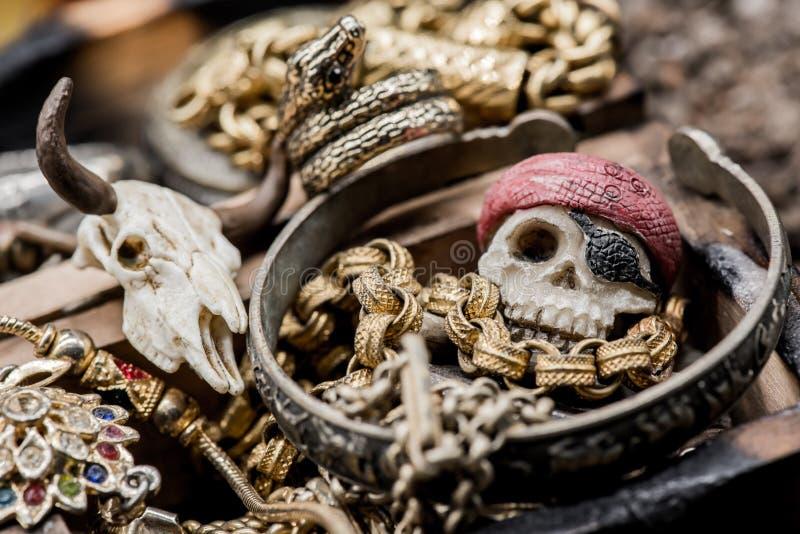 黄铜胸口铸造指南针充分的金黄刀子位于的映射老海盗头骨珍宝非常 图库摄影