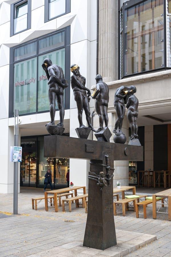铜雕塑由贝恩德在Grimmaische街安装的内比克尔题为不合时宜的当代,奥古斯特广场,莱比锡,德国 图库摄影