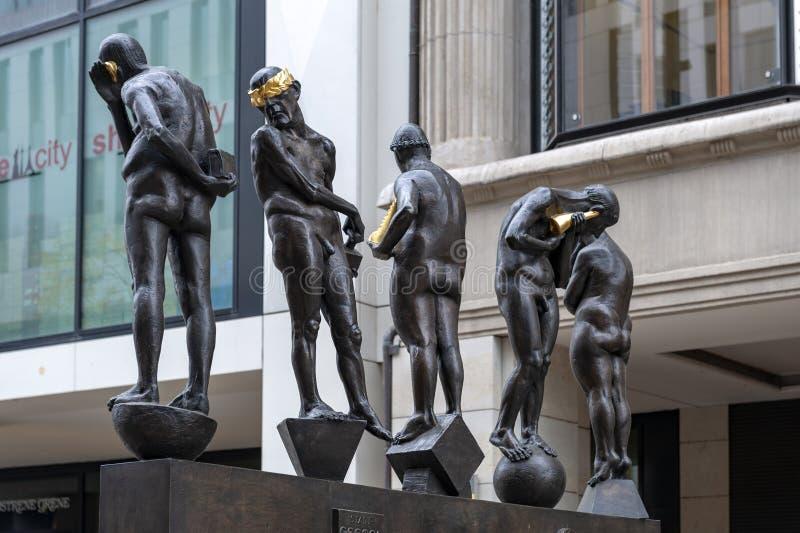 铜雕塑由贝恩德在Grimmaische街安装的内比克尔题为不合时宜的当代,奥古斯特广场,莱比锡,德国 库存照片