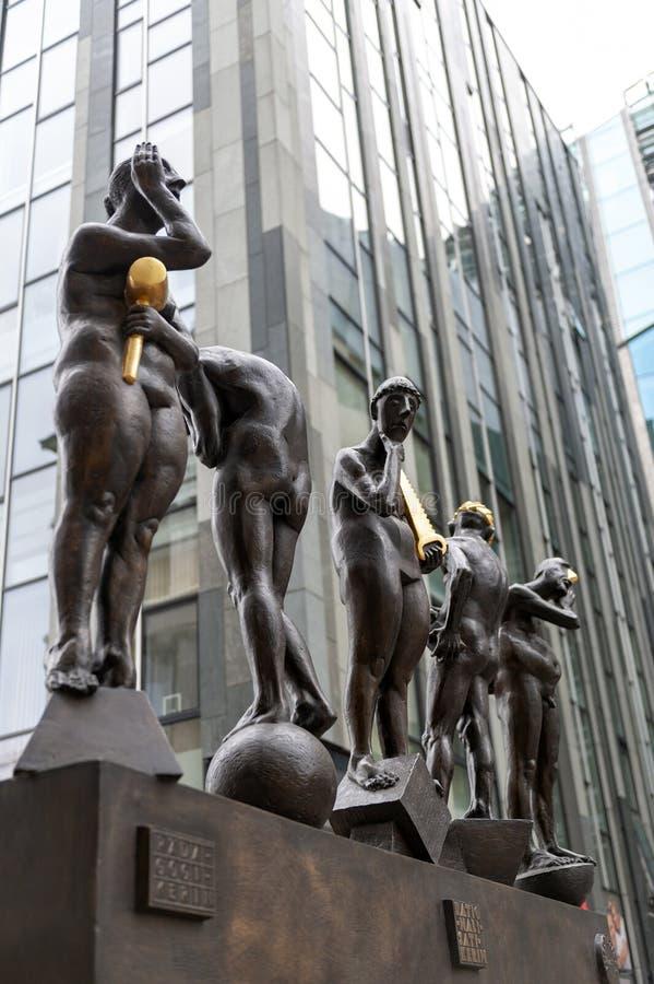 铜雕塑由贝恩德在Grimmaische街安装的内比克尔题为不合时宜的当代,奥古斯特广场,莱比锡,德国 免版税库存图片