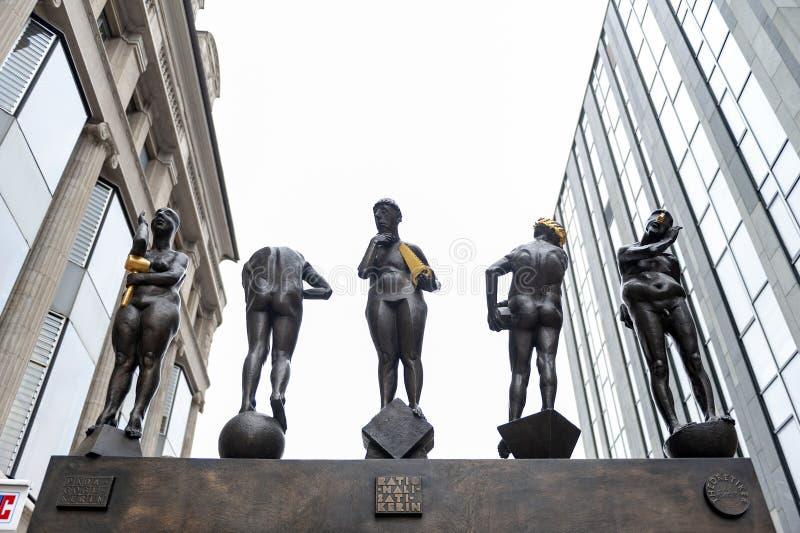 铜雕塑由贝恩德在Grimmaische街安装的内比克尔题为不合时宜的当代,奥古斯特广场,莱比锡,德国 库存图片