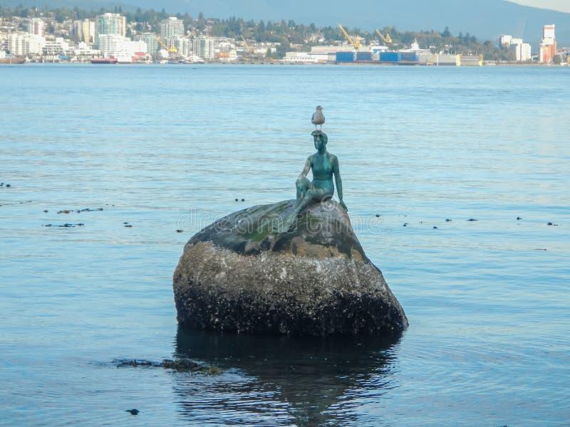 铜雕塑,一套保温潜水服的女孩在史丹利公园在温哥华 图库摄影
