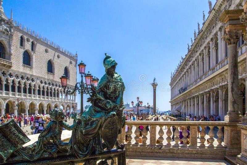 铜雕塑,在圣马克` s的桃红色街灯在威尼斯,意大利摆正 免版税库存照片