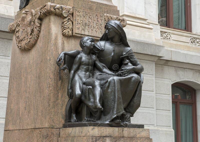 铜雕塑Willam麦金莱和指示青年时期的智慧寓言的图 香港大会堂,费城,宾夕法尼亚 免版税库存图片