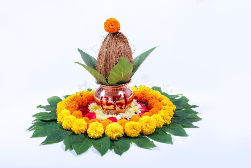 铜Kalash用椰子、叶子和花卉装饰在白色背景 根本在印度puja 图库摄影