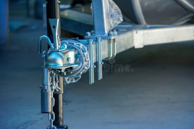 铝小船头,那里是链锁和杆 免版税库存照片