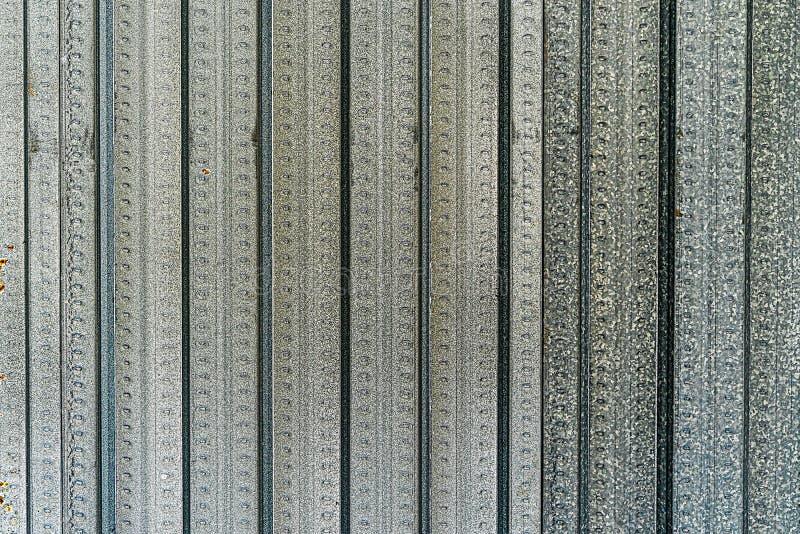 铝锌合金硅涂上了轻的钢纹理背景 篱芭屋顶和边界实质面 免版税图库摄影