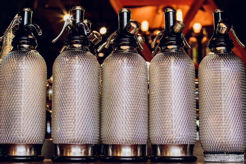 铝,很多葡萄酒苏打弯管,站立在一张木桌上 库存照片