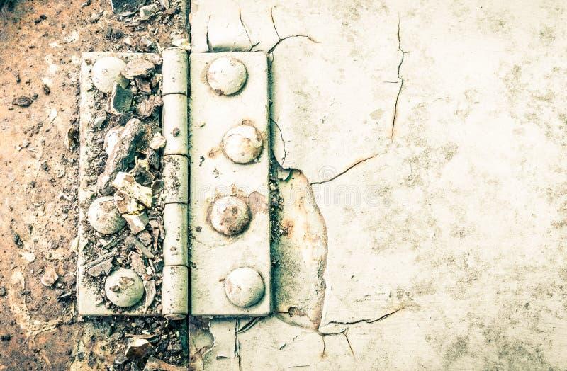 铰链和铁锈和铆钉在大反差汽车零件的金属板  库存图片