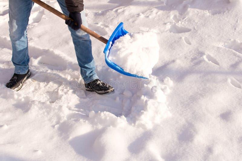 铲起雪的少年在他的围场 一个多雪的冬天的概念 免版税库存照片
