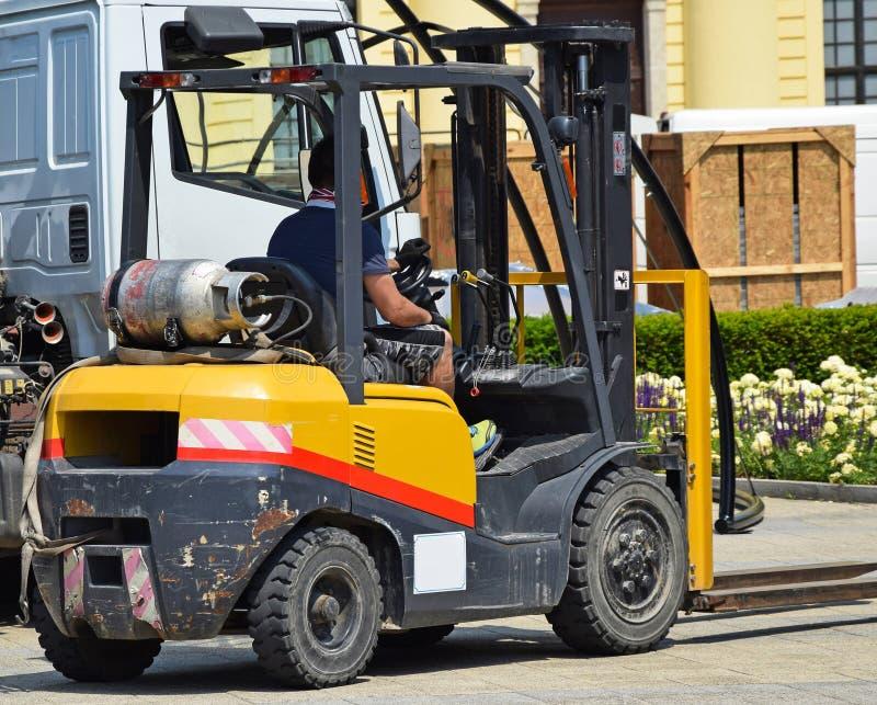 铲车在街道上的工作 免版税库存照片