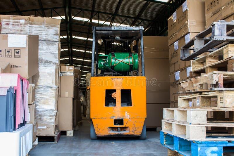 铲车在仓库里使用了LPG气体,小铲车 免版税库存图片