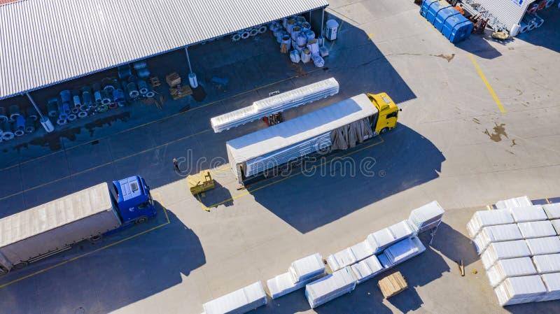 铲车投入从仓库的货物交换户外 ?? r 免版税库存图片