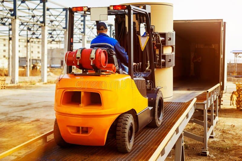 铲车投入从仓库的货物交换 图库摄影