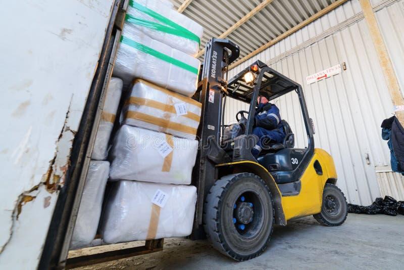 铲车投入从仓库的货物交换户外 免版税库存照片