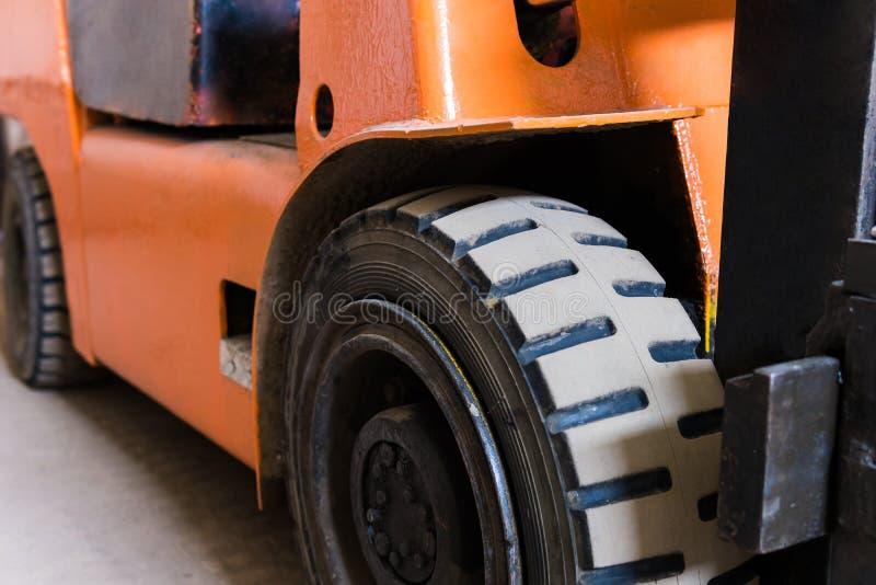 铲车橙色颜色的特写镜头在库存 免版税库存照片