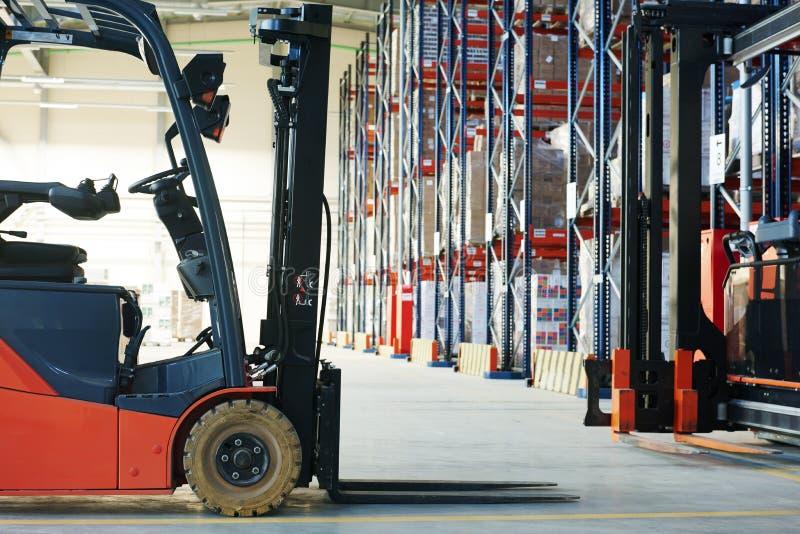 铲车装载者在仓库的堆货机卡车 免版税库存图片