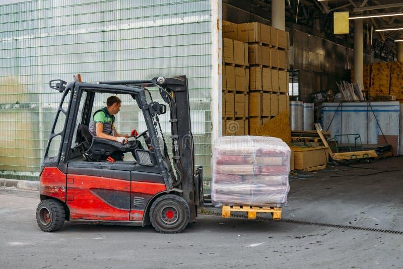 铲车装载者板台在小仓库的堆货机卡车 免版税库存图片