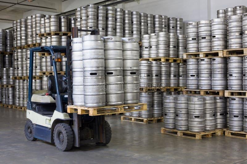 铲车装货啤酒小桶 图库摄影