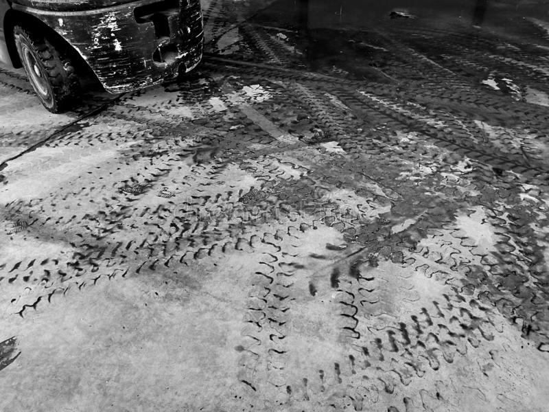 铲车轮胎轨道在肮脏的地面的在黑白摄影 库存照片