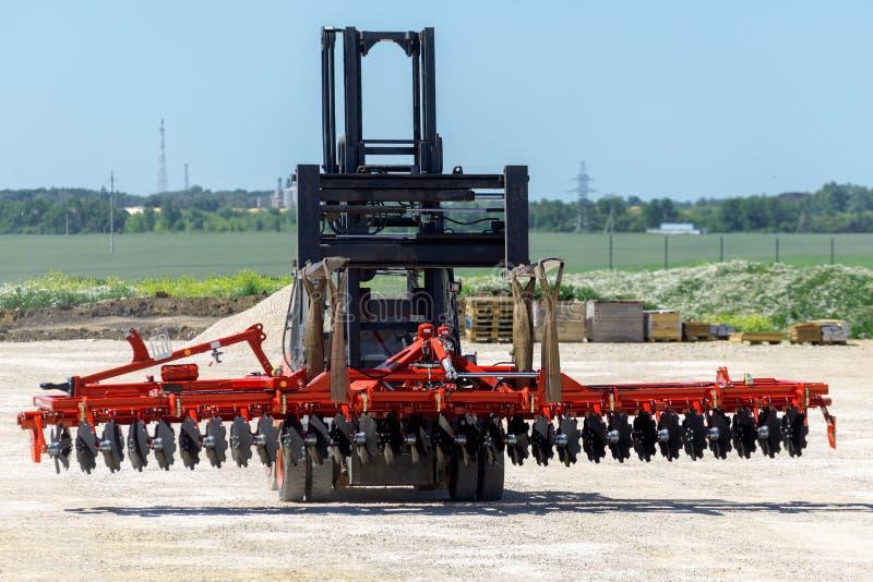 铲车运输圆盘耙 运输设备 免版税库存图片