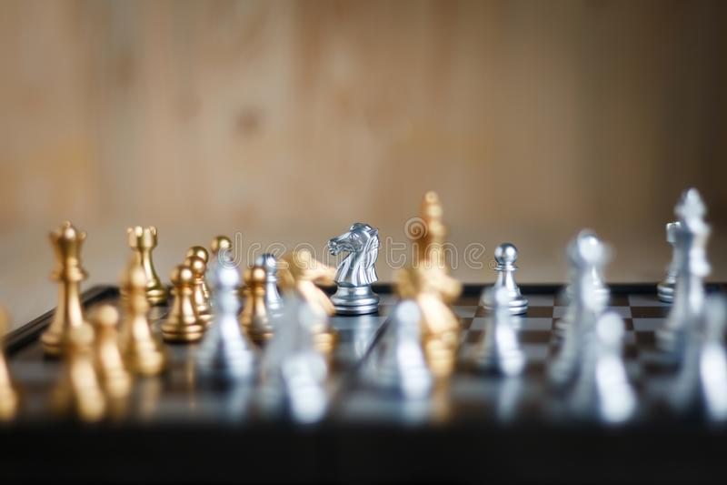 银和金黄与比赛隐喻战术和busine的敌人 免版税图库摄影