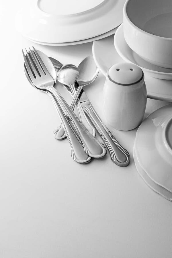 银器和盘在桌上 免版税图库摄影