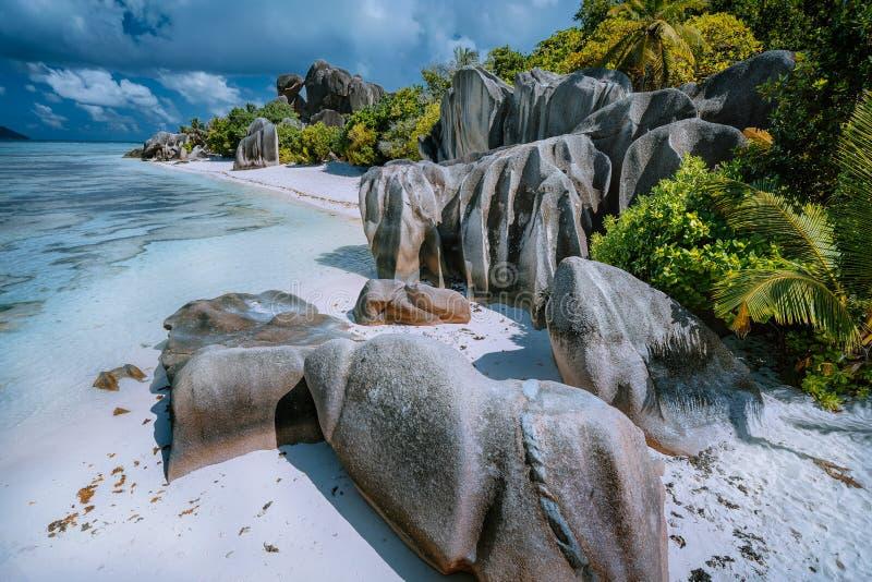银昂斯市的来源d'-象热带著名海滩的天堂在海岛拉迪格岛上在塞舌尔 库存照片