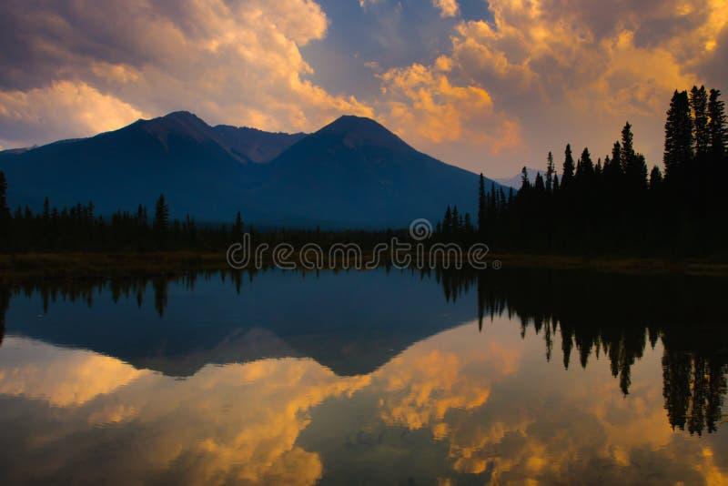 银朱的湖 库存照片