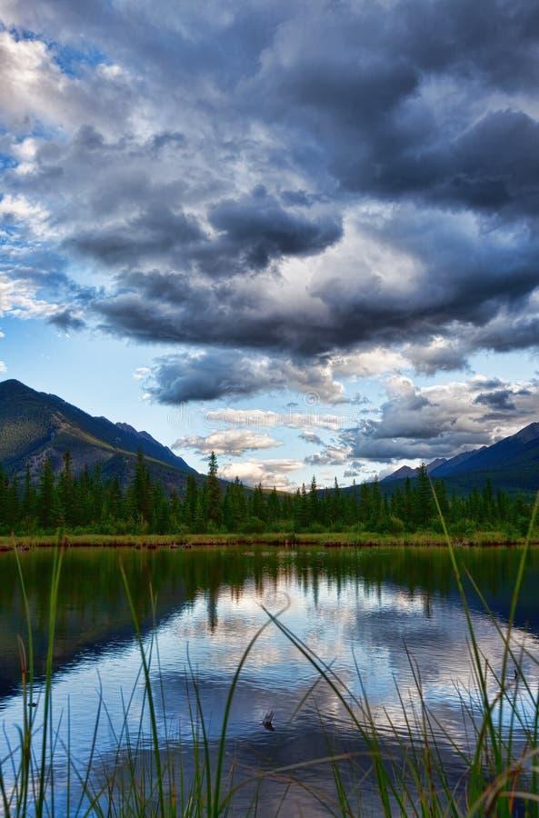 银朱黄昏的湖 库存照片