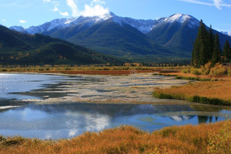 银朱banff的湖 免版税库存照片