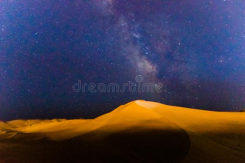 银河和唱歌沙子山 库存图片