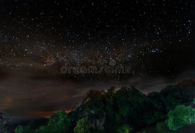 银河和很多星在山在山峰 免版税库存照片