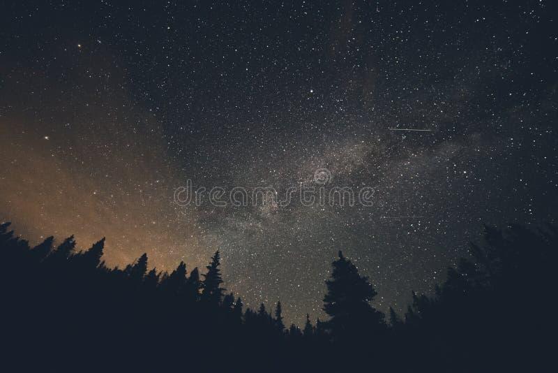银河和流星在布雷肯里奇科罗拉多 免版税库存照片